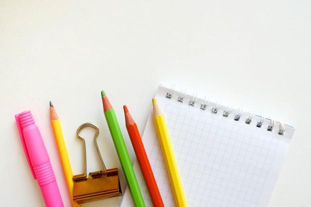 Zurück zur schule. einzelteile für die schule auf einer weißen tabelle mit kopienraum