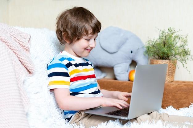 Zurück zur schule fernunterricht online-bildung kaukasisches lächeln vorschulkind junge, der bei . studiert