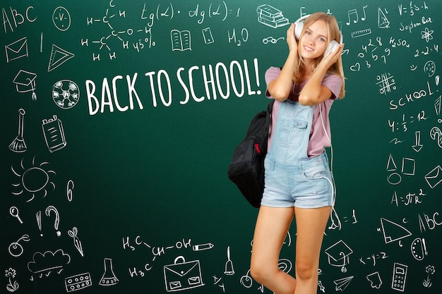 Zurück zur schule! glückliches jugendlich kursteilnehmerlächeln