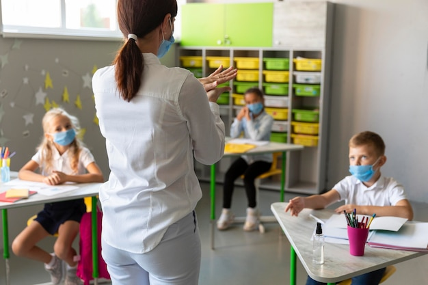 Zurück zur schule in pandemischer zeitdarstellung