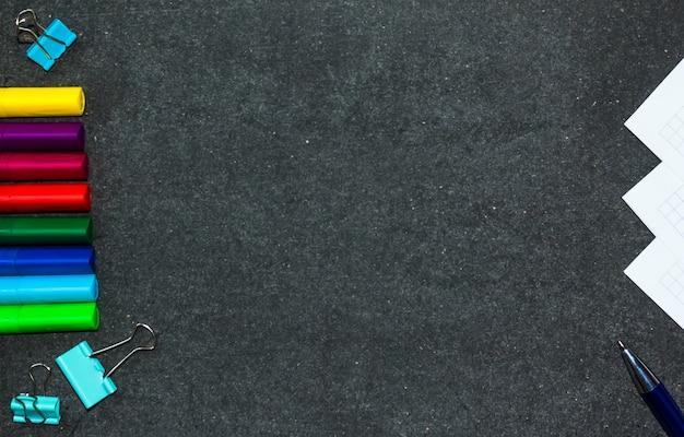 Zurück zur schule. marker helle farbe. der hintergrund eines dunklen brettes. platz kopieren.