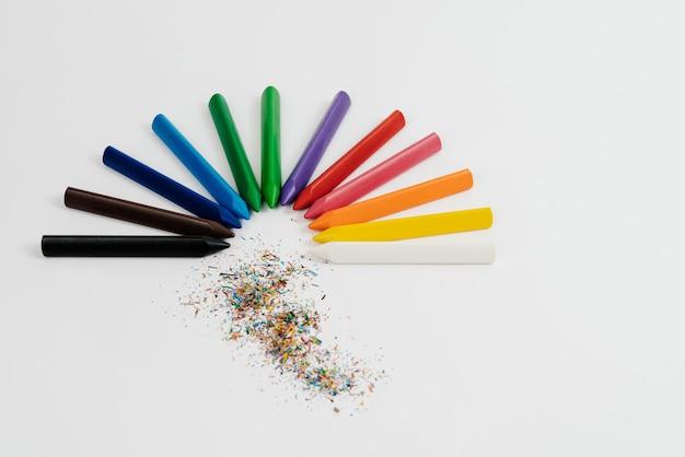 Zurück zur schule. regenbogen-satz von farben kreide-wachs-bleistift-isoliertes gemälde auf weißer wand