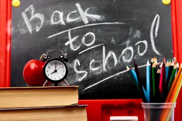 Zurück zur schule schriftzug auf tafel mit einem stück kreide