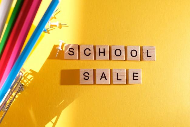 Zurück zur schule. schulverkauf mit trendigem schatten