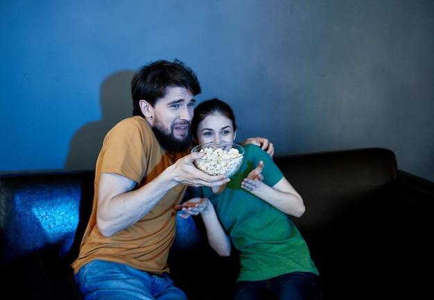 Zurückgehalten auf der couch sitzen popcorn filme anschauen emotionen wochenende