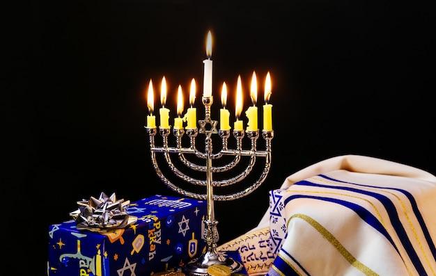 Zurückhaltendes bild des jüdischen feiertag chanukka-hintergrundes mit dem menorah traditionell