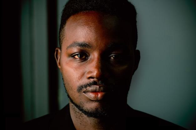 Zurückhaltendes porträt des afrikanischen mannes