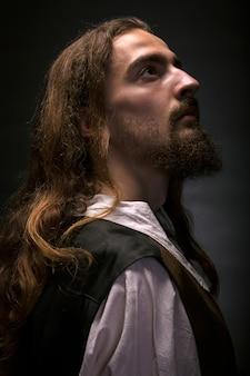 Zurückhaltendes porträt des bärtigen mittelalterlichen bauernprofils