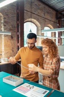 Zusammen arbeiten. kollegen fühlen sich wohl bei der zusammenarbeit im büro für die papierherstellung