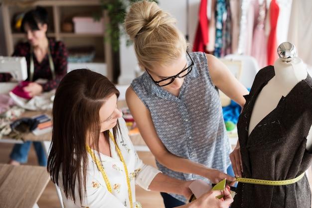 Zusammenarbeit der modedesigner bei der neuen kollektion