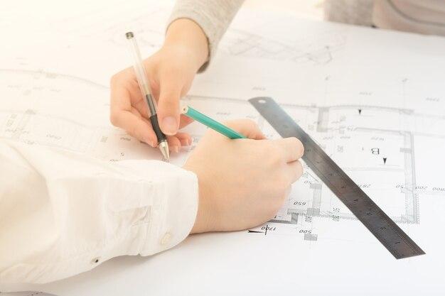 Zusammenarbeit teamwork eine gruppe von ingenieuren bespricht bei einem meeting architekturzeichnungen