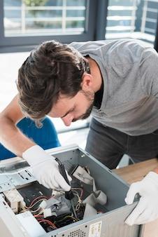 Zusammenbauende teile des männlichen technikers in computer-cpu