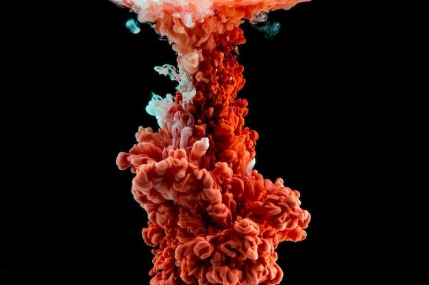 Zusammenfassung gebildet durch farbe, die sich in wasser auflöst