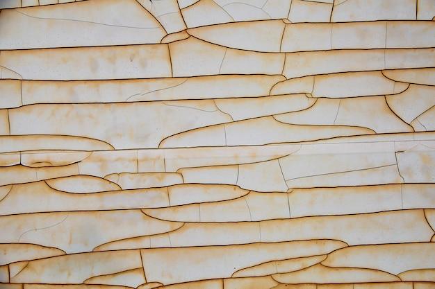 Zusammenfassung gebrochen vom alten farbmantel auf stahlplattenhintergrund