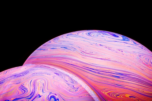 Zusammenfassung hued bunte seifenblasen auf schwarzem hintergrund