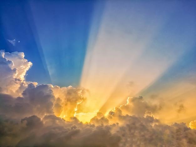 Zusammenfassung sonne strahl linie licht scheint durch die wolken
