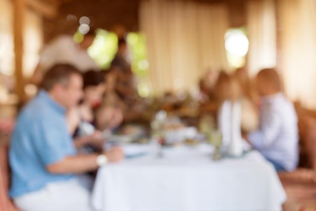 Zusammenfassung unscharfe gruppe freunde, die im restaurant sich treffen