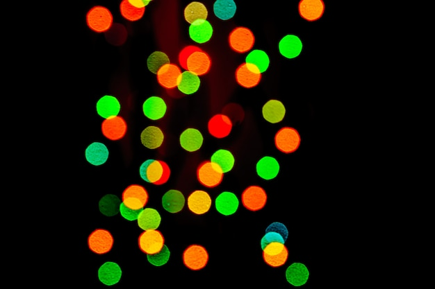 Zusammenfassung unscharfe lichter auf hintergrund in den roten, grünen, orange farben.
