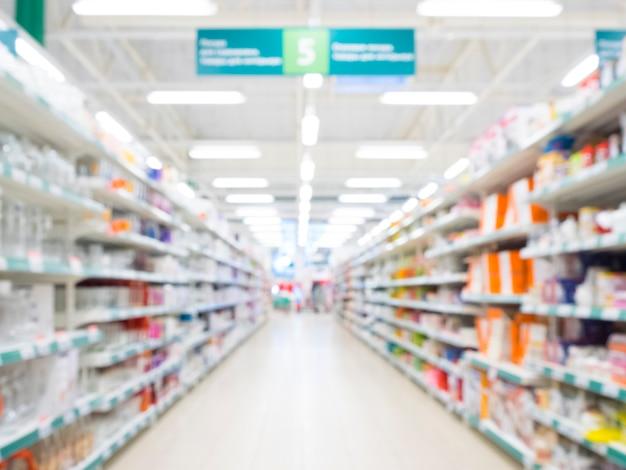 Zusammenfassung unscharfer supermarktgang mit bunten regalen
