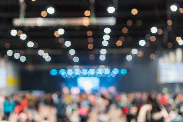 Zusammenfassung unscharfes foto des konferenzsaal- oder seminarraums in der ausstellungsmitte