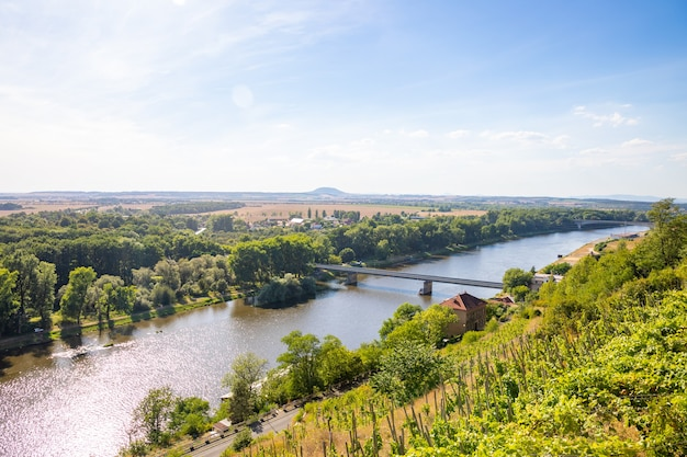 Zusammenfluss von moldau und elbe in der tschechischen republik