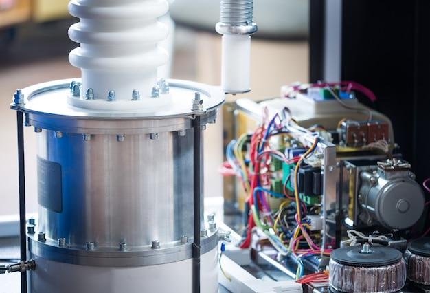 Zusammengebauter stromkreis des elektrischen relais im metallgehäuse auf stahlrahmen