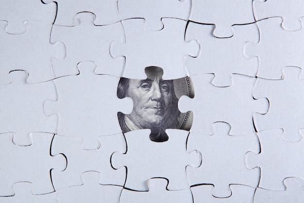 Zusammengebautes puzzle und dollarschein