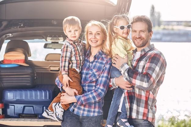 Zusammengehörigkeit ist ein sehr wichtiger bestandteil des familienlebens familie steht in der nähe des autos und sucht