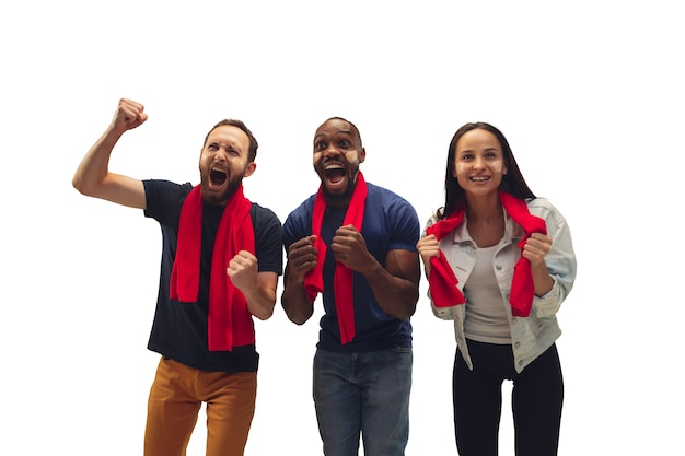 Zusammengehörigkeit. multiethnische fußballfans, die für lieblingsmannschaft mit hellen emotionen auf weißem hintergrund jubeln.