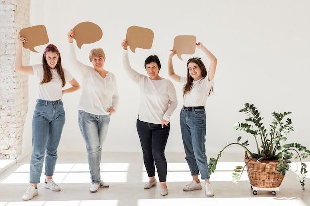 Zusammengehörigkeitsgruppe von frauen, die sprechblasen halten