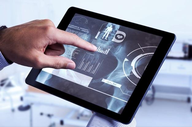 Zusammengesetztes bild des mannes mit tablet-pc