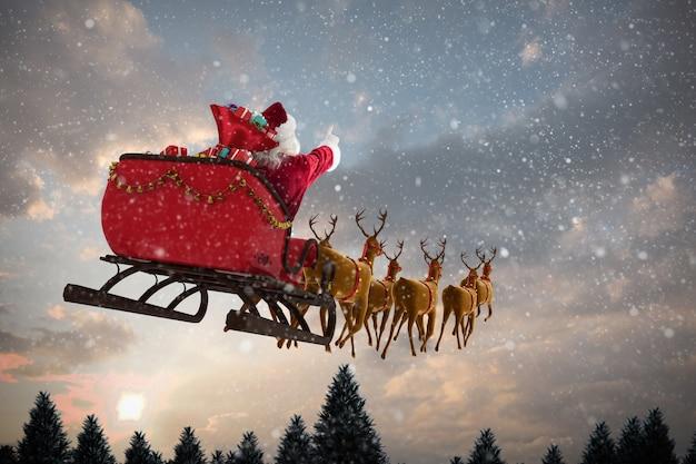 Zusammengesetztes bild des weihnachtsmanns, der auf schlitten mit geschenkbox fährt