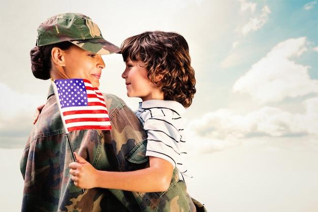Zusammengesetztes bild von soldat wiedervereint mit sohn