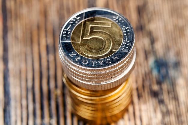 Zusammengestapelte metallgeldmünzen, nahaufnahme von polnischem geld