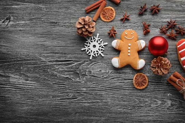 Zusammensetzung aus leckerem keks und weihnachtsdekor auf holztisch