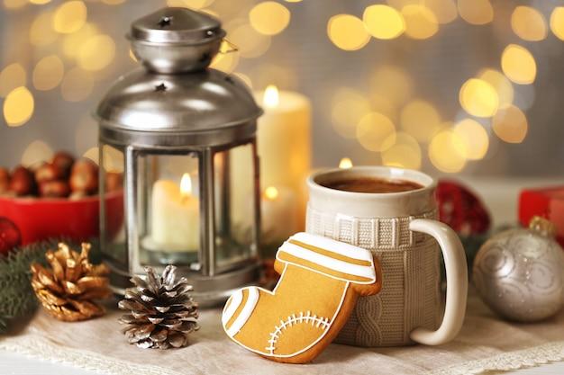 Zusammensetzung aus leckerem lebkuchen, becher und weihnachtsdekor