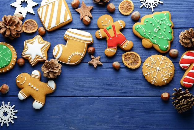 Zusammensetzung aus leckeren weihnachtsplätzchen und natürlichem dekor auf holztisch