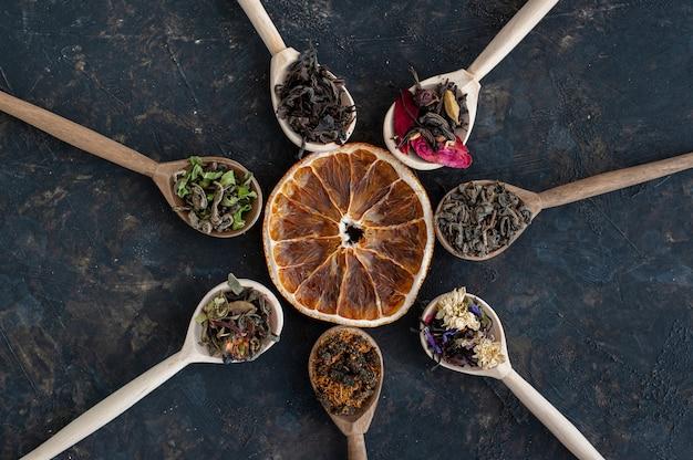 Zusammensetzung aus verschiedenen teesorten im dunkeln
