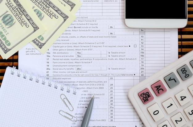 Zusammensetzung der auf dem steuerformular 1040 liegenden gegenstände.