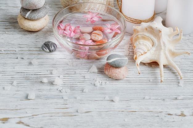 Zusammensetzung der badekur auf holzoberfläche