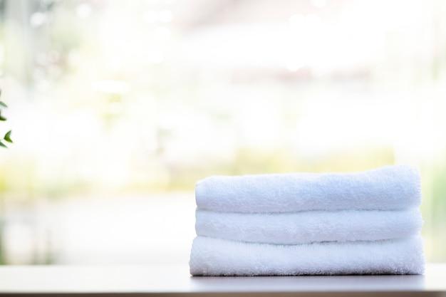 Zusammensetzung der badekurortbehandlung auf holztisch.