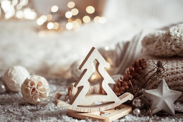 Zusammensetzung der details der weihnachtsdekoration auf einem hellen unscharfen hintergrund. gemütliches wohnkonzept.