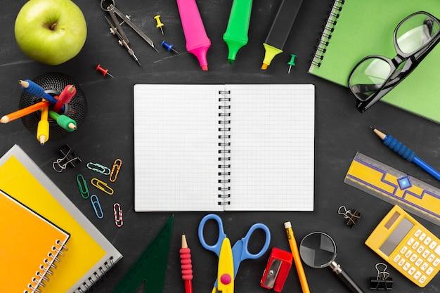 Zusammensetzung der elemente des bildungstages mit notizbuch