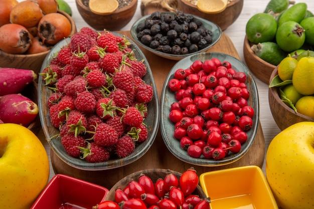 Zusammensetzung der frischen früchte der draufsicht auf weißem hintergrund