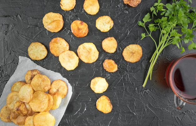 Zusammensetzung der kartoffelchips auf schwarzem tisch