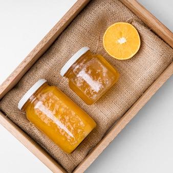 Zusammensetzung der marmeladenverpackung auf holzbrett