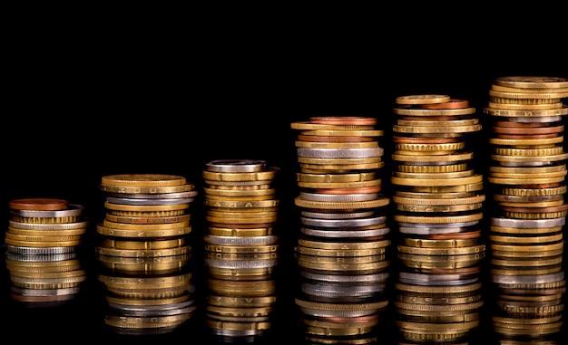 Zusammensetzung der münzen auf dem schwarzen hintergrund