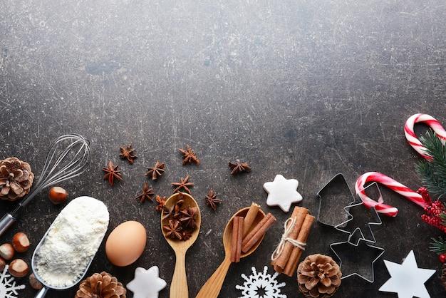 Zusammensetzung der produkte und weihnachtsdekoration auf dunklem tisch