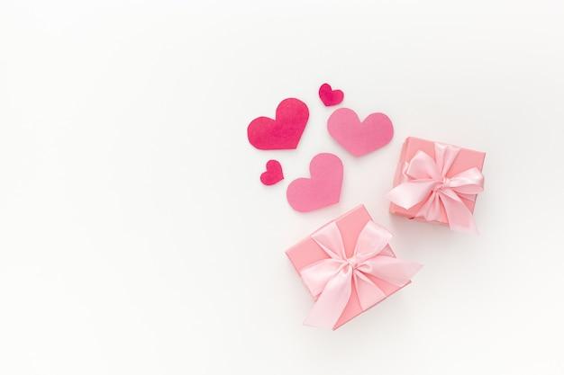 Zusammensetzung der rosa zwei geschenkboxen mit band und herzen