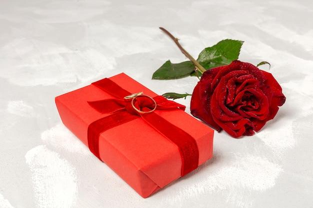 Zusammensetzung der roten rosen und geschenkboxen